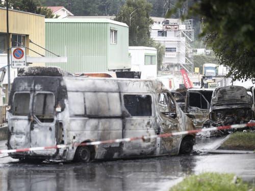Der Tatort in Mont-sur-Lausanne. Mehrere Fahrzeuge brannten vollständig aus. Wie viel Geld gestohlen wurde, ist noch unklar. Von Tätern fehlt jede Spur. (Bild: Keystone/CYRIL ZINGARO)