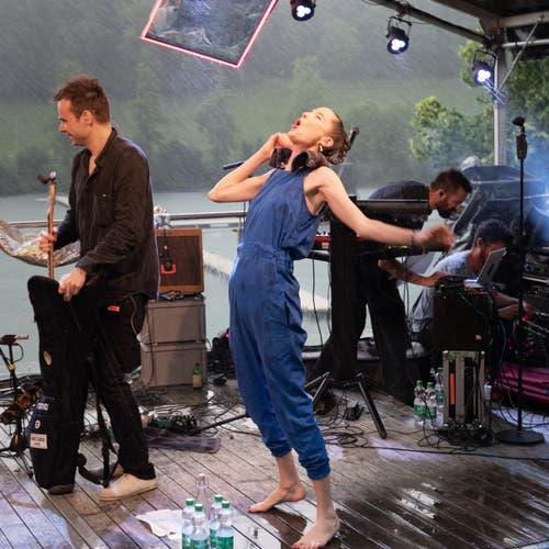Die Band von Steff la Cheffe versuchte, das Nötigste ins Trockene zu bringen. (Bild: Harald Bader, Ebikon, 19. Juni 2019)