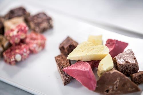 Auch Tafelschokolade in verschiedensten Farben werden in der Industrieküche in Zürich hergestellt. (Bild: Andrea Stalder)