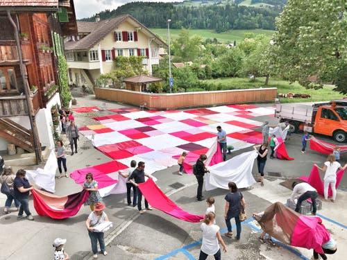 Am Sonntag wird das Bignik-Tuch im Dorfzentrum von Trogen auf Asphalt ausgelegt.
