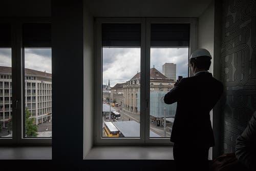Aus dem vierten Stock blicken künftige Gäste des Hotels Walhalla direkt auf die Bahnhofsuhr. (Bild: Bilder: Benjamin Manser (21. Juni 2019))
