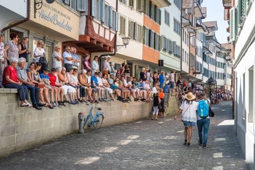 Viele Zuschauer warten gespannt auf die Läufer.