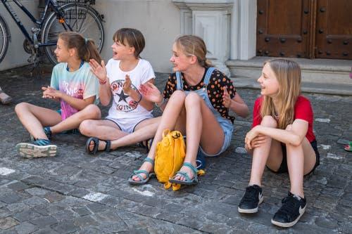 Zuschauerinnen bei der Liebfrauenkapelle.
