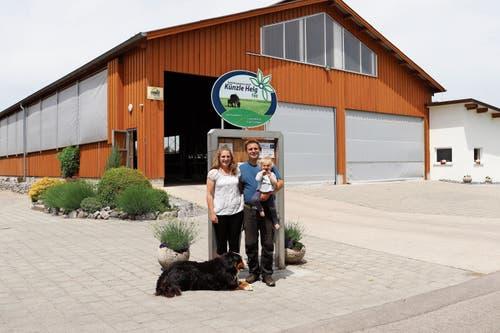 Die Familie Künzle mit Hofhund vor dem 2013 gebauten Stall mit den Wasserbüffeln.