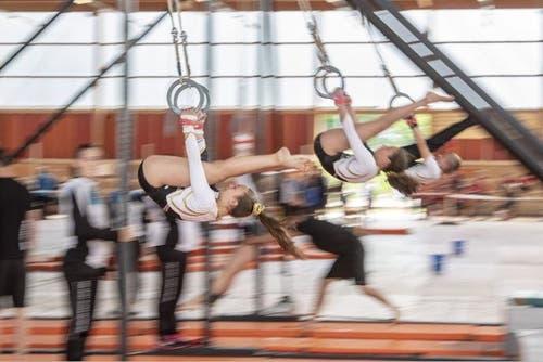 ine Gruppe Geräteturnerinnen bei ihrer Vorführung. (Bild: Urs Flüeler/Keystone, Aarau, 16. Juni 2019)