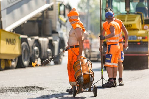 Besonders für Bauarbeiter und ältere Personen ist die Hitze eine Herausforderung. (Bild: Chris Iseli)