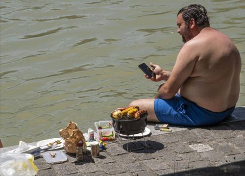Die Menschen suchen Abkühlung am Wasser in Basel. (Bild: Nicole Nars-Zimmer)