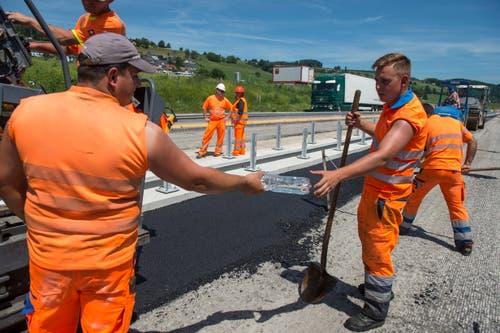 Die Unia fordert, dass Baustellen mit direkter Sonneneinstrahlung, zum Beispiel auf Autobahnen (hier eine Baustelle auf der A2 zwischen Dagmersellen und Sursee) und auf Baustellen mit starker Rückstrahlung (Teerflächen) bei Temperaturen über 35 Grad geschlossen werden. (Bild: Nadia Schärli, 24. Juni 2019)