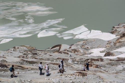 Schmilzt rasch: Das Eis des Gletschersee unterhalb des Rhonegletscher. (Bild: Urs Flüeler / Keystone, Furka, 25. Juni 2019)