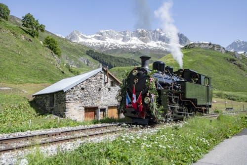 Die Lok HG 4/4 Nummer 704 bei ihrer ersten offiziellen Fahrt auf der Furka-Bergstrecke in Realp. (Bild: Urs Flüeler / Keystone, 25. Juni 2019)