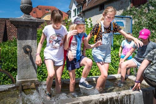 In Zug fand am 24. Juni der traditionelle Chriesisturm statt. Diese Kinder gönnen sich eine Abkühlung im Brunnen. (Bild: Christian H. Hildebrand)
