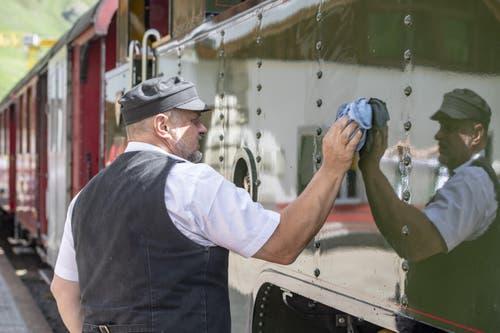 Letzte Putzaktion an der Lokomotive. (Bild: Urs Flüeler / Keystone, 25. Juni 2019)