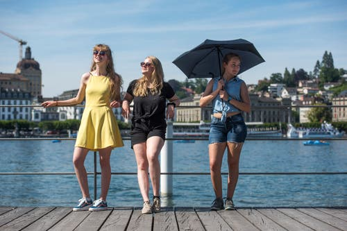 Drei Touristinnen aus La-Chaux-de-Fonds sonnen sich beim KKL. (Bild: Dominik Wunderli, 24. Juni 2019)