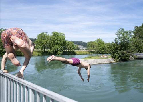 Der Sprung ins Glück: diese Jungs suchen Abkühlung. (Bild: Claudio Thoma)