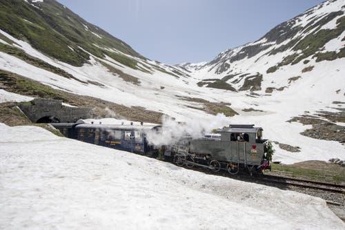 Die Lokomotive fährt in den Furka-Tunnel. (Bild: Urs Flüeler / Keystone, 25. Juni 2019)