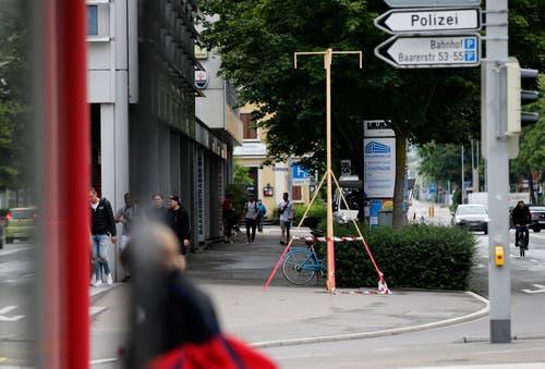 Eines der fünf Bauprofile für die geplanten Leuchtdrehsäulen. Hier an der Baarerstrasse beim Fitnesscenter Eichstätte. (Bild: Stefan Kaiser, Zug, 20. Juni 2019).