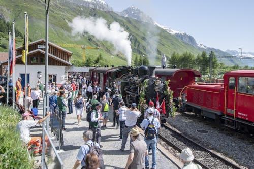 In Realp wird die Lokomotive von vielen Schaulustigen begutachtet. (Bild: Urs Flüeler / Keystone, 25. Juni 2019)