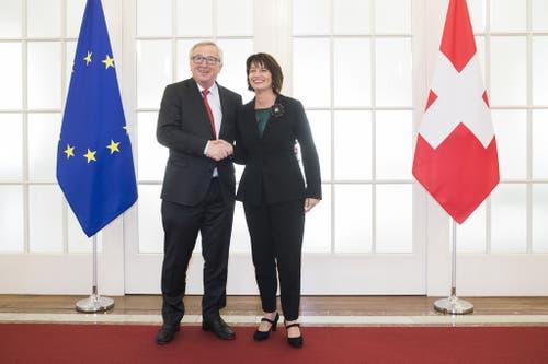 23. November 2017, Bern: Handschlag zwischen Bundespräsidentin Doris Leuthard und EU-Kommissionspräsident Jean-Claude Juncker. (Bild: Keystone/Peter Klaunzer)