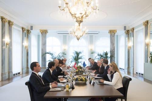 23. November 2017, Bern: EU-Präsident Jean-Claude Juncker (rechts in der Mitte) spricht mit Bundespräsidentin Doris Leuthard und den Bundesräten Alain Berset und Ignazio Cassis. (Bild: Keystone/Pool/Peter Klaunzer)
