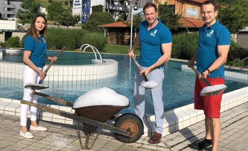 Das Thermalbad Zurzach kippt Eiswürfel ins warme Wasser. (Bild: zvg)