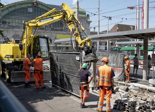 Sie müssen besonders unter der grossen Hitze leiden: Bauarbeiter am Bahnhofsplatz in Basel. (Bild: Kenneth Nars)