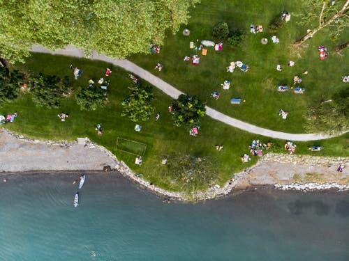 In Walenstadt am Walensee hat es am Ufer noch genügend Platz. (Bild: Gian Ehrenzeller / Keystone, 25. Juni 2019)