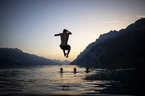 Ein Jugendlicher springt in Walenstadt in den Walensee. (Bild: Gian Ehrenzeller / Keystone, 25. Juni 2019)