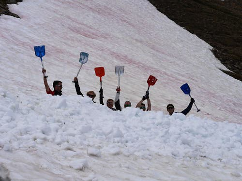 Der letzte Schnee auf der Corviglia muss weg. Dort fand zum dritten Mal der Weltschaufeltag statt. (Bild: Keystone/Thomas Giger)