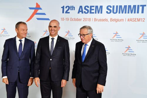 18. Oktober 2018, Brüssel: Bundespräsident Alain Berset wird von EU-Präsident Jean-Claude Juncker (rechts) und von Donald Tusk (links), Präsident des Europäischen Rats, am Asien-Europa-Meeting (Asem) willkommen geheissen. (Bild: Epa/Ben Stansall)