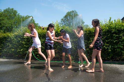 Die Gemeinde Buchrain stellt Wasserduschen auf, zur Freude der Kinder. (Bild: Dominik Wunderli, Buchrain 26. Juni 2019)