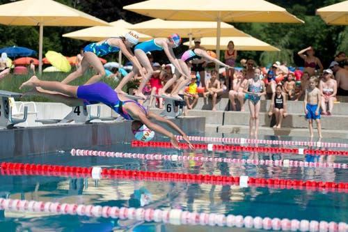 Bei grosser Hitze fanden am 26. Juni die Schülermeiserschaften des Kantons Zug im Schwimmbad Lättich in Baar statt. (Bild: Maria Schmid)