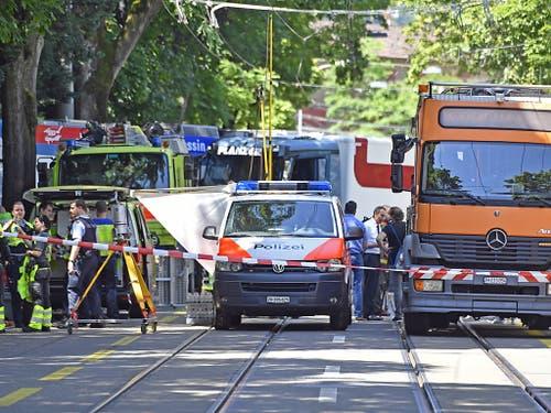 Die Einsatzkräfte waren mit einem Grossaufgebot vor Ort. (Bild: KEYSTONE/WALTER BIERI)