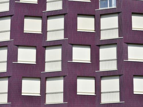 Schutz vor der Hitze: Die Bewohnerinnen und Bewohner einer Alterssiedlung in Zürich haben ihre Rollläden heruntergelassen. (Bild: KEYSTONE/WALTER BIERI)