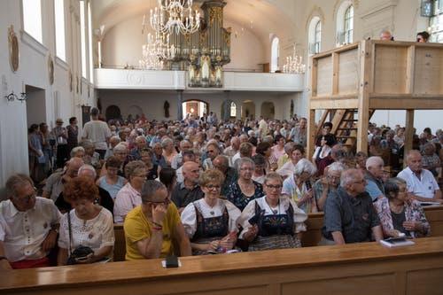 Auf den Kirchbänken wird's langsam eng. (Bild: Boris Bürgisser, Horw, 28.06.2019)