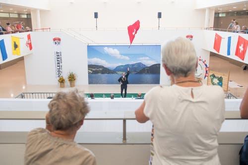 Gebannt beobachten diese beiden Frauen das Auf und Ab der Fahne am Fahnenschwingerwettbewerb. (Bild: Boris Bürgisser, Horw, 28.06.2019)