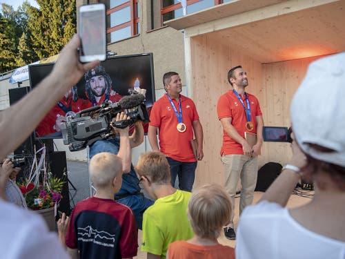 Olympiasieger zum Anfassen: Gerade auch die Kleinsten freuten sich mit Hefti und Baumann (Bild: KEYSTONE/URS FLUEELER)