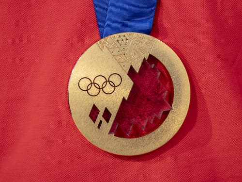 Das Objekt der Begierde: die Olympia-Goldmedaille von Sotschi 2014 (Bild: KEYSTONE/URS FLUEELER)