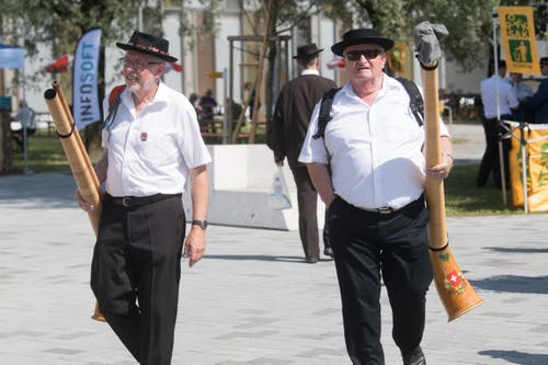 Zwei Jodler kommen gelaufen. (Bild: Boris Bürgisser, Horw, 28.06.2019)