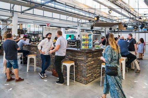 Tag der offenen Tuer im Zwischennutzungsprojekt Freiruum gab es viele Besucher. Im Bild ist eine Bar zu sehen (Bild: Christian H. Hildebrand, Zug, 28. Juni 2019)