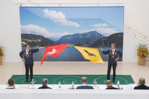 Zwei Fahnenschwinger bei den Vorführungen. (Bild: Boris Bürgisser, Horw, 28.06.2019)