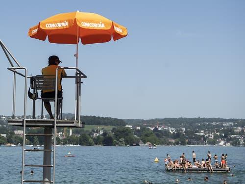 Kühles Nass: Bademeister im Strandbad Mythenquai in Zürich. (Bild: KEYSTONE/ENNIO LEANZA)