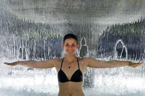 Simone geniesst das kühle Nass unter einem Brunnen in der Stadt Zürich. (Bild: Walter Bieri / Keystone, 28. Juni 2019)