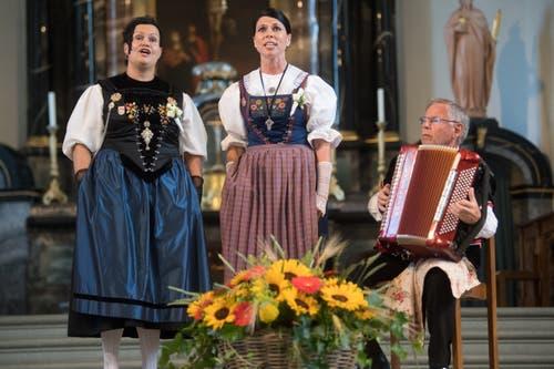 Fabienne Erni-Lipp und Gaby Agner-Jenni werden von Franz Stadelmann begleitet. (Bild: Boris Bürgisser, Horw, 28.06.2019)
