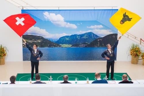 Die Wettkämpfer stehen in einem Kreis. Wenn sie ihn übertreten müssen, um ihre Fahne zu fangen, werden sie mit Strafpunkten sanktioniert. Im Bild sind Bernhard Schuler aus Altdorf und Konrad Gisler aus Schattdorf. (Bild: Boris Bürgisser, Horw, 28.06.2019)