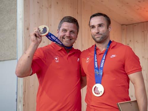 Beat Hefti (links) und Alex Baumann (rechts) freuen sich über die nachträgliche Goldmedaillen-Feier in Schwellbrunn (Bild: KEYSTONE/URS FLUEELER)
