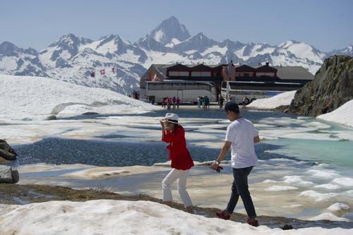 Abkühlung gefällig? Touristen auf dem Nufenenpass. (Bild: Davide Agosta / Keystone)