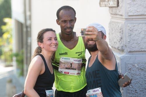 Ein Selfie mit dem die Sieger des Hellebardenlauf, Tefera Mekonen. (Bild: Boris Bürgisser, Sempach, 29. Juni 2019)