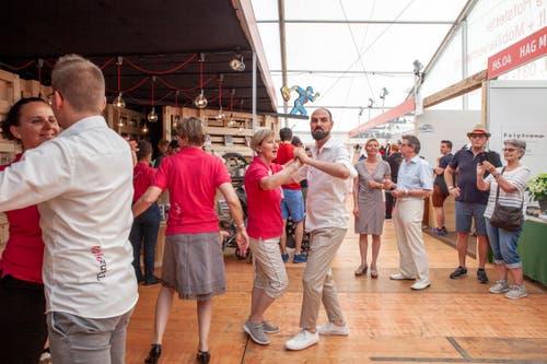 Tanzlehrer Pascal Scheidegger zeigt an seinem Stand, wie Rumba geht. (Bild: Edi Ettlin, 2. Juni 2019)