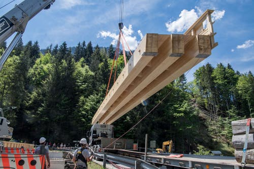 Weil die Brücke montiert wurde, musste die Glaubenbergstrasse für eine knappe Viertelstunde gesperrt werden. (Bild: Nadia Schärli, 3. Juni 2019)