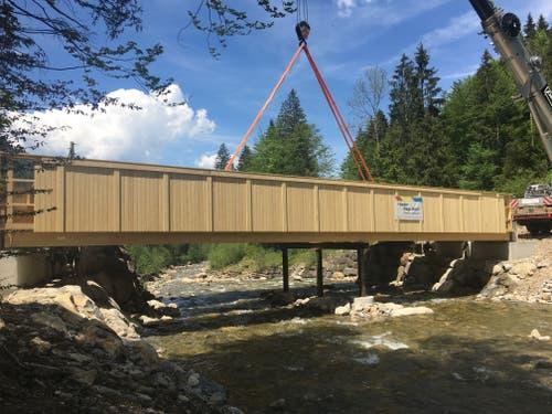 Die Brücke über die Grosse Entlen ist montiert. Das Hilfsgestell in der Mitte der Brücke kann wieder entfernt werden. (Bild: René Meier, 3. Juni 2019)